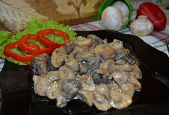Куриные сердечки в сметанном соусе в мультиварке: рецепт с фото