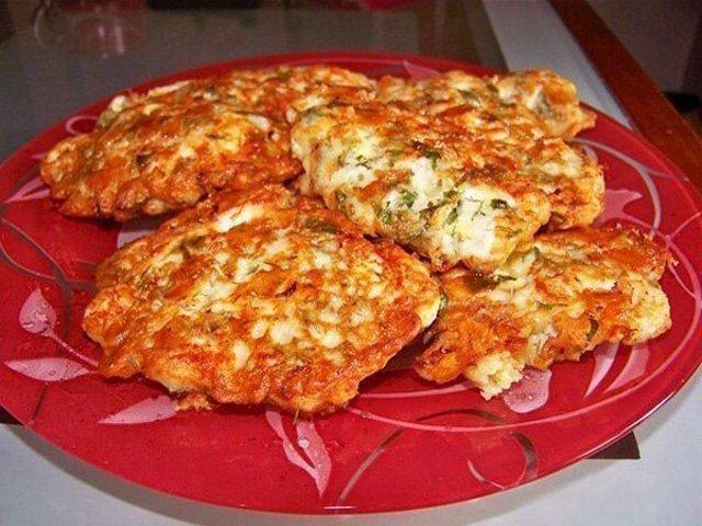 Куриные оладьи с сыром и зелёным луком в мультиварке: рецепт с фото