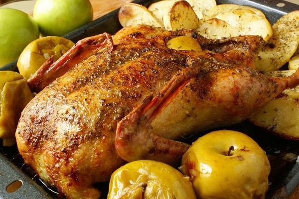 Утка запеченная целиком в мультиварке с яблоками: рецепт с фото