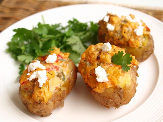 Печёный картофель с начинкой из феты и зелени в мультиварке: рецепт с фото