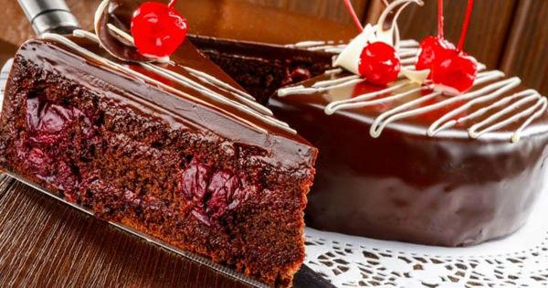 Шоколадный торт с сочной вишнёвой прослойкой в мультиварке: рецепт с фото
