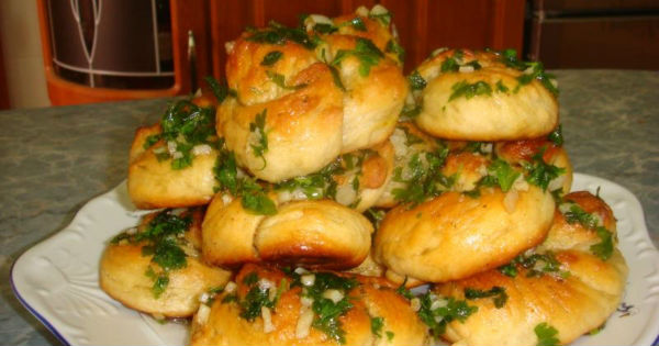 Закусочная булочка-ромашка в мультиварке: рецепт с фото