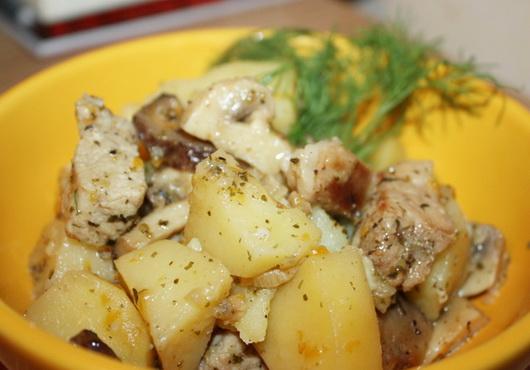 Картофель с мясом в сметане в мультиварке
