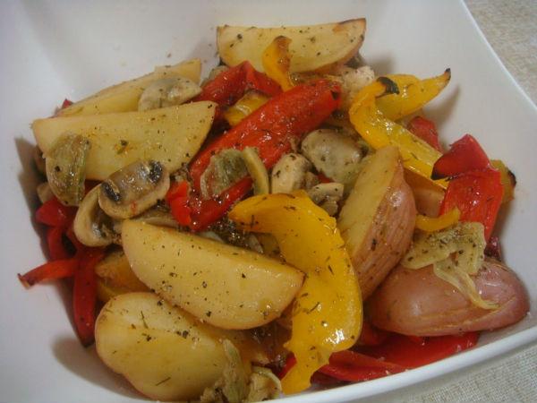 Картофель с овощами и куриным филе на пару в мультиварке