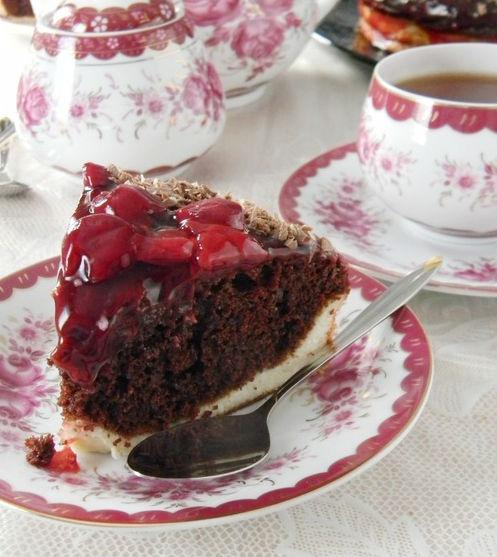 Двухслойный торт с вишнями, политый шоколадом в мультиварке