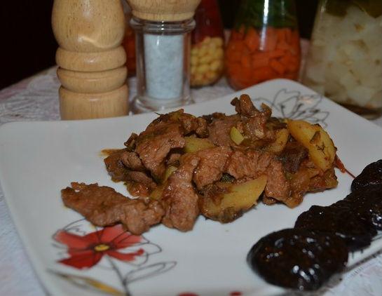 Говядина с черносливом и овощами в мультиварке