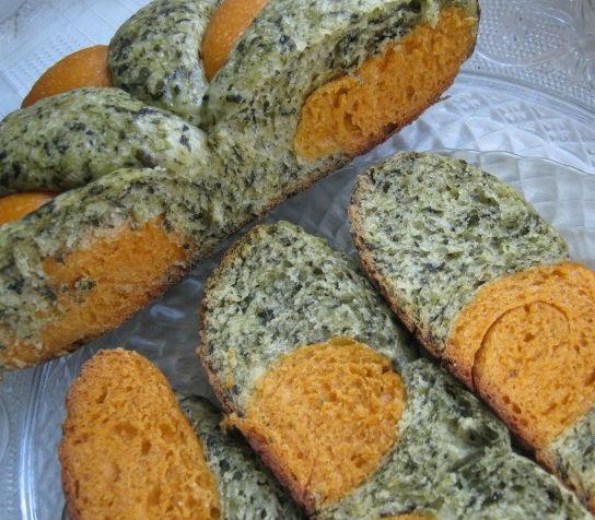 Хлеб двухцветный с томатами и шпинатом в мультиварке