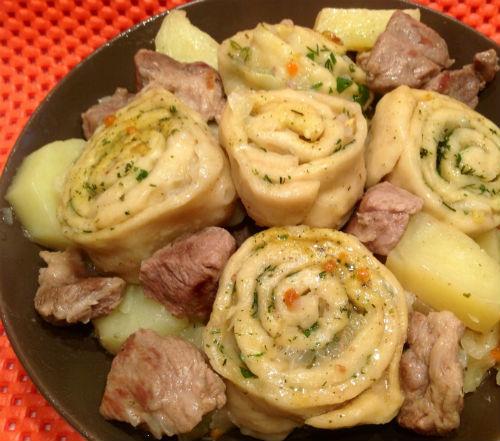 Индейка с картофелем и штруделями с овощами в мультиварке