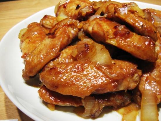 Куриные крылышки, тушеные в соусе с оливками в мультиварке