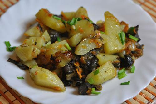 Острый картофель с грибами в мультиварке