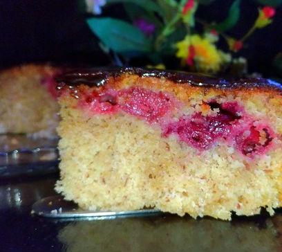 Пирог с миндалём и вишнями в шоколадной глазури в мультиварке