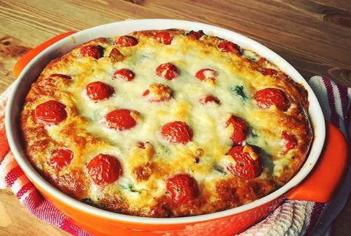 Сырно – творожная запеканка с зеленью и томатами черри в мультиварке