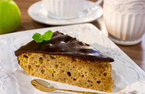 Вкусный и ароматный пирог в шоколадной глазури в мультиварке