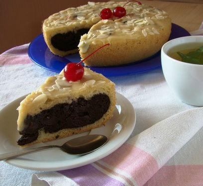 Пирог «Двухцветный» в белом шоколаде с начинкой из вишни в мультиварке