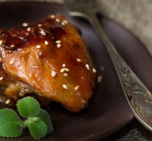 Куриные бёдра в соево-медовом соусе с мятой в мультиварке: рецепт с фото