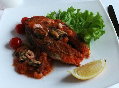 Стейки лосося в томатном соусе с мидиями и креветками в мультиварке: рецепт с фото